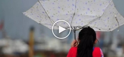 Tinamaan ng kidlat! Lightning violently strikes unsuspecting woman with umbrella walking in the rain