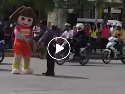 Sobrang nakakatawa naman ito! Dora joins Pinoy traffic enforcer in dancing while assisting motorists in viral video