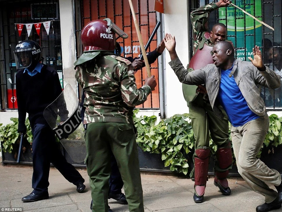 Prison warder beats man like a burukenge near Milimani Law Courts (video)