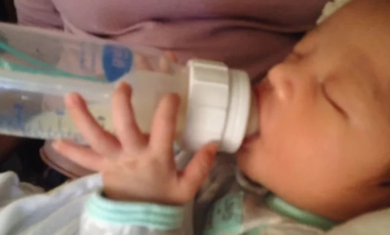 Bionic baby! Newborn can hold his own bottle and feed himself (photos, video)