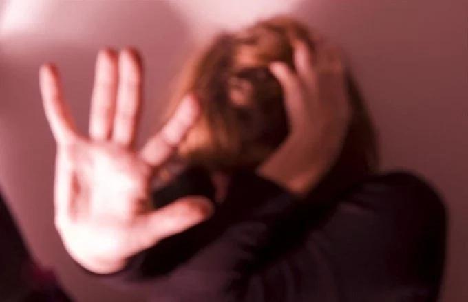 La violaron y le sellaron la vagina con pegamento