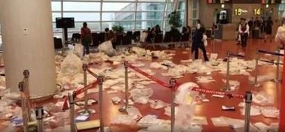 Mga walang modo! Unruly Chinese tourists turn Korean airport into one huge trash bin!