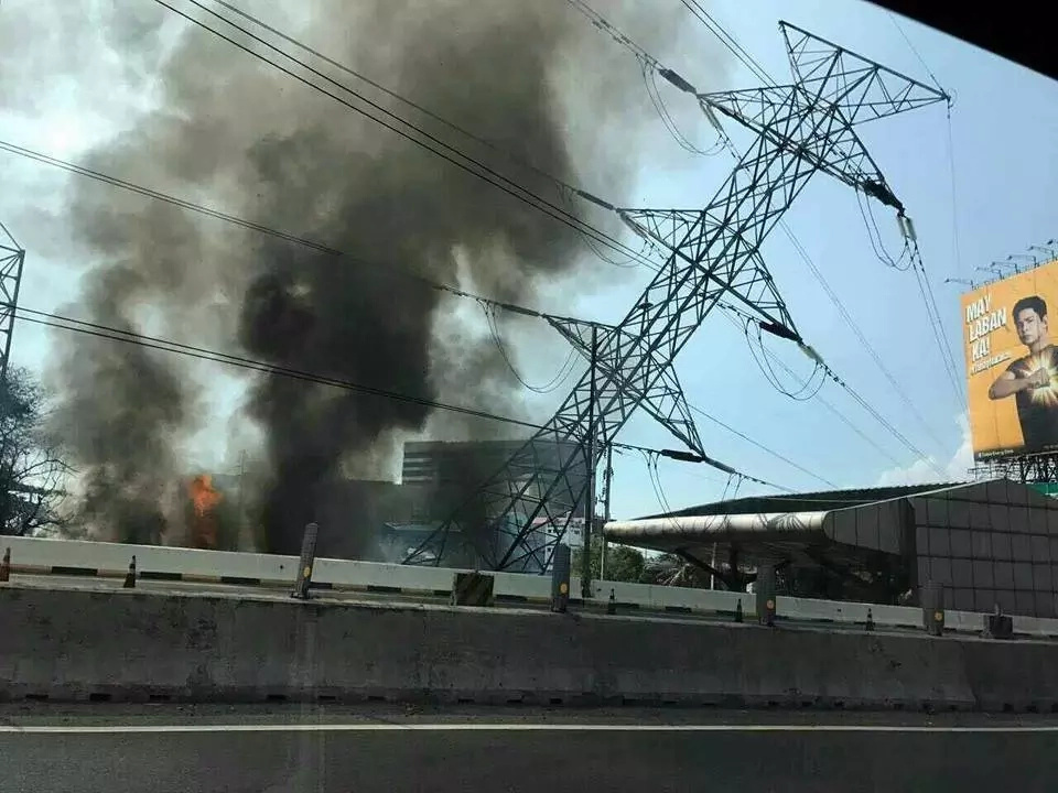 Heavy Traffic Caused At SLEx By Muntinlupa Fire