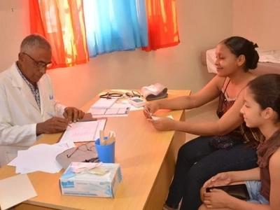 La madre no le creyó al médico cuando le dijo que su hija adolescente estaba embarazada. La respuesta del doctor la dejó sin palabras…