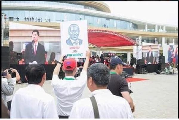 Photos of Chinese men campaigning for Uhuru Kenyatta light the internet