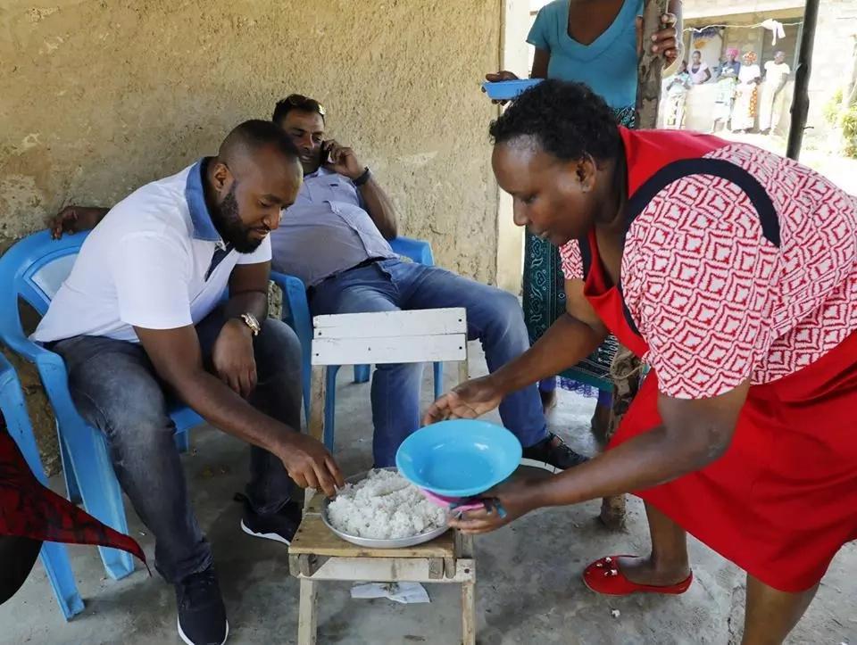 Gavana Joho acheza kama Uhuru kwa kula kibandani (picha)