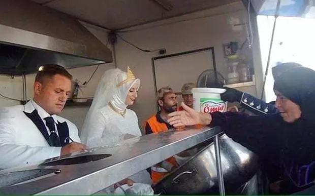 Esta pareja festejó su boda ando de comer a 4000 refugiados sirios