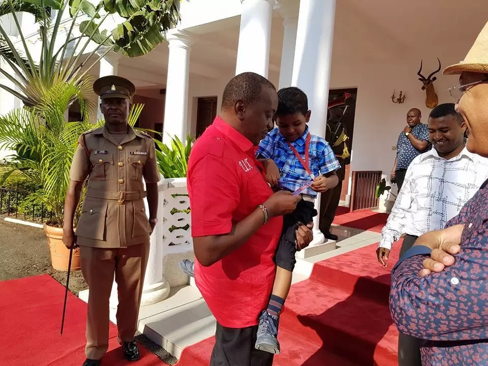 Mombasa boy caught on camera strongly defending Uhuru finally meets him(photos)