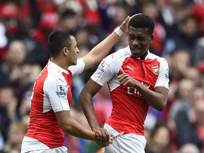 Arsenal in superb revenge to keep faint title hopes