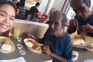 This old man who speaks flawless English begs food from a student at Jollibee! How he ended in the streets will surely break your heart!