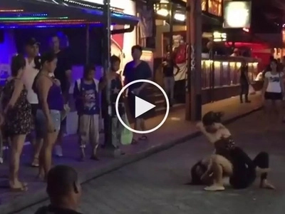 2 prostitutes caught fighting over a rich customer right in the streets!