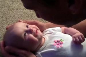 Papá le canta a su bebita; su respuesta tiene a todos llorando