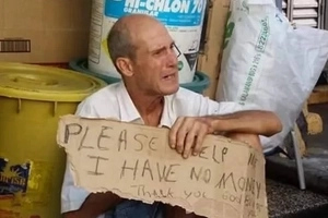 LOOK: Foreigner in Zamboanga begs for food and money