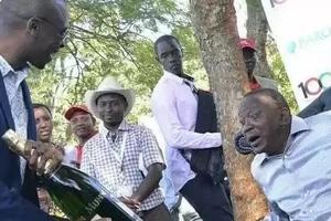 Itakumbukwa: Picha ya Rais Kenyatta alipopewa chupa ya pombe