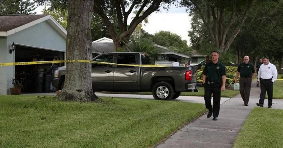 Feuerwehrmann traurig vergaß sein Kleinkind in einem heißen Auto für 8 Stunden