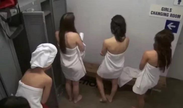 Mira la broma de hombres en el vestidor de mujeres