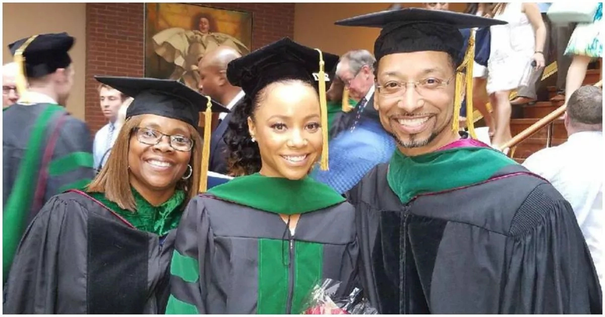 Because of them, I am! - Woman thanks her parents as she graduates from the same college they did