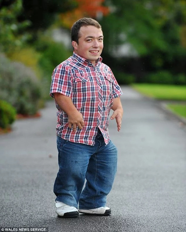 Meet 1 meter pantomime DWARF who was elected Britain's shortest politician (photos)