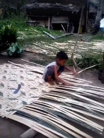 VIDEO: 7 year old kids spotted weaving mat