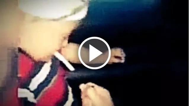 Terrible madre enseña a su hijo de dos años a fumar