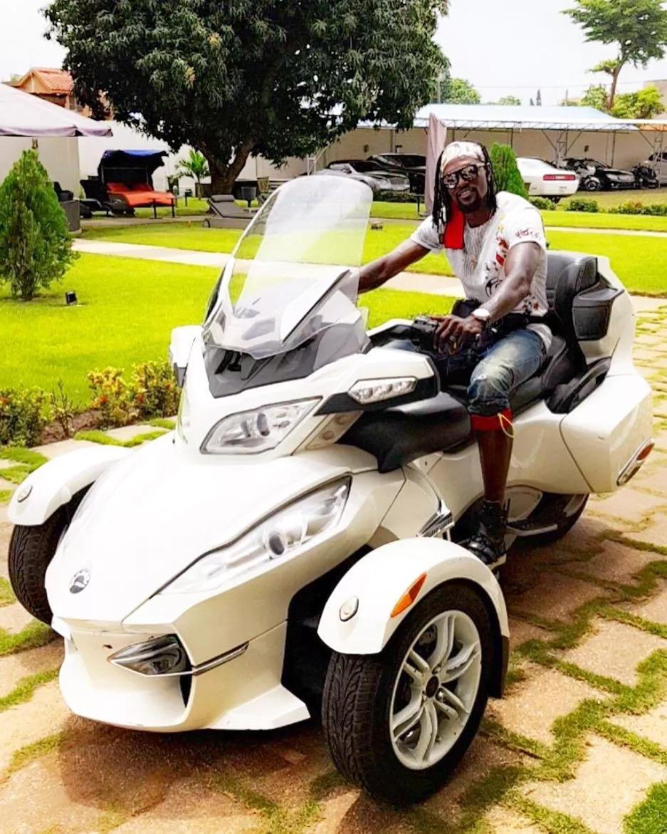 Emmanuel Adebayor amelewa utajiri, pesa sio 'ishu' mashine zake mpya ni wazi