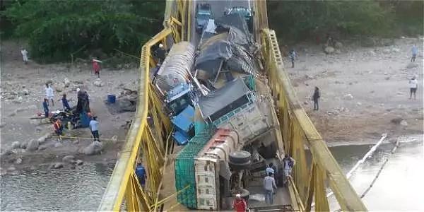 Puente colapsó por sobrepeso