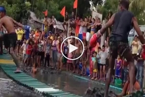 This is one of the most hilarious videos you'll ever see! Funny Pinoy caught playing Bamboo Bridge Boxing in Iloilo