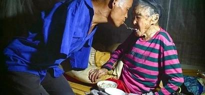 Hijo alimentó a su madre enferma usando sus dientes...el ejemplo perfecto de humanidad