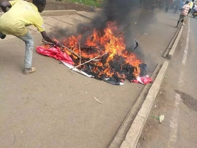Kisumu residents pull down, set on fire banners congratulating Uhuru Kenyatta (Photos)