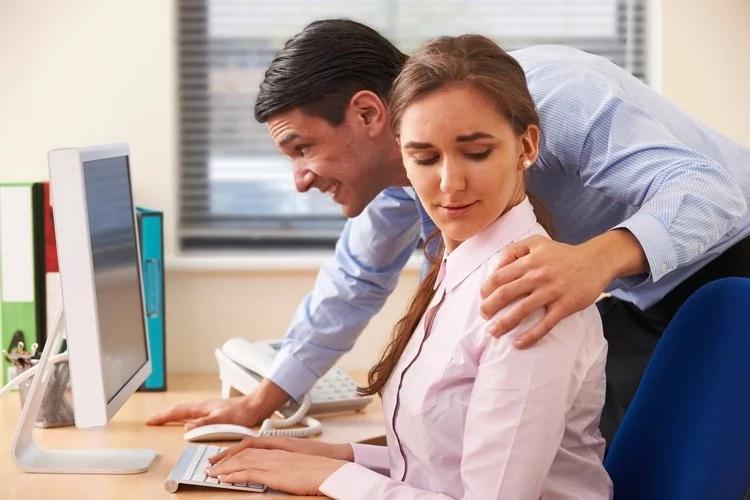 Mi jefe me ascenderá a sólo si tengo relaciones con él. ¿Qué tengo que hacer?