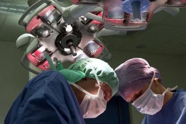 Vio una extraña silueta en su abdomen y esto le salvó la vida