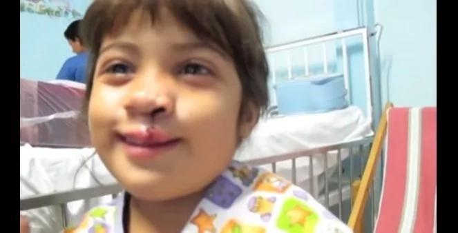 A esta niña le regalaron una operación que le cambió la vida y no creerás cómo reaccionó cuando se vio