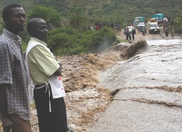 Horror as residents helplessly watch raging floods sweep away Prado and its occupants (video)