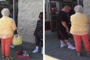 Un homme ne supporte pas cette femme âgée qui hurle sur un enfant vendant des barres de chocolat. Alors Il fait CECI!