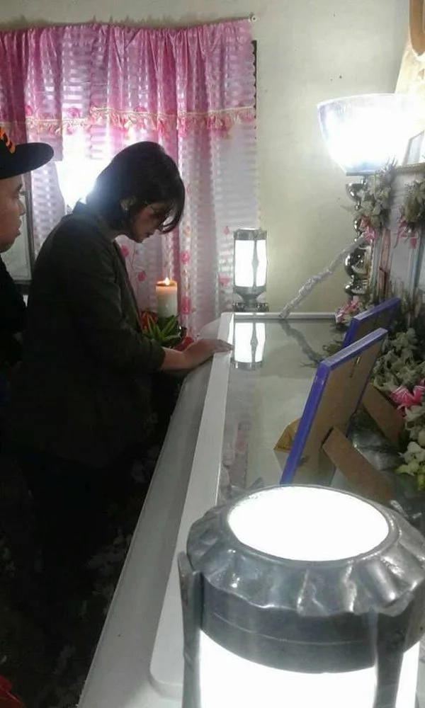 Angel Locsin takes time to visit wake of her fan
