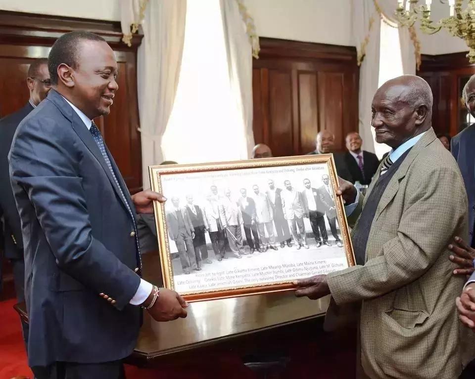Uhuru amtuza mmliki mzee zaidi wa JUMBA LA UKAHABA Nairobi