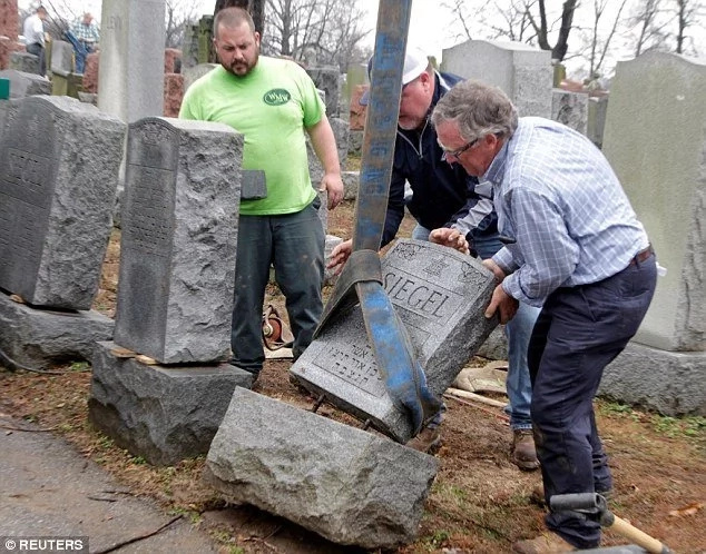 Muslims raise $55,000 to rebuild vandalized Jewish gravestones and it has touched people's hearts (photos)