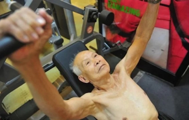The man is 94, but you just take a look at the muscles he's got! This grandpa teaches us a wise lesson
