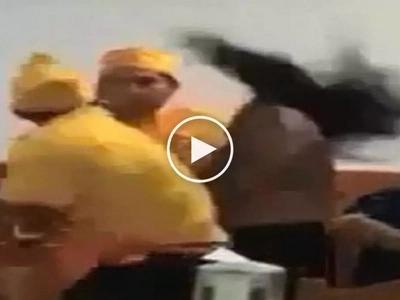 Nanuntok ng babae! Violent waiter brutally punches aggressive female customer in restaurant