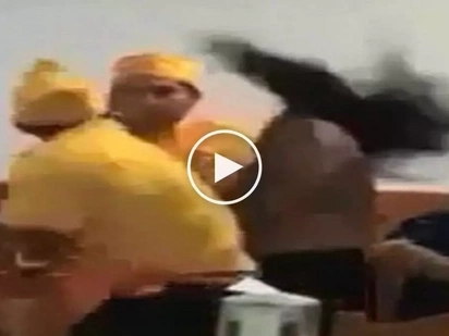 Nanuntok ng babae! Violent waiter brutally punches aggressive female customer in restaurant