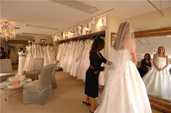Una madre y su hija humillan a una mujer obesa que está probándose un vestido de novia, pero no creerás lo hizo la dueña de la tienda