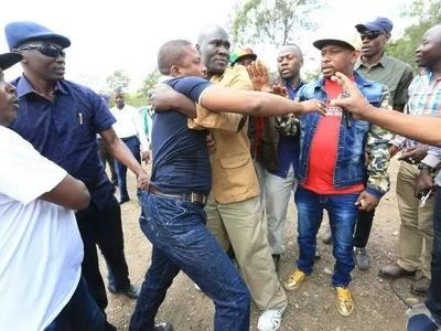 Mike Sonko ACHUNWA wakati akitembea, na aliyemchuna…