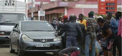 Vijana Karatina wafanyia magari upekuzi kutafuta Raila Odinga wakati wa mazishi ya Gavana Gakuru