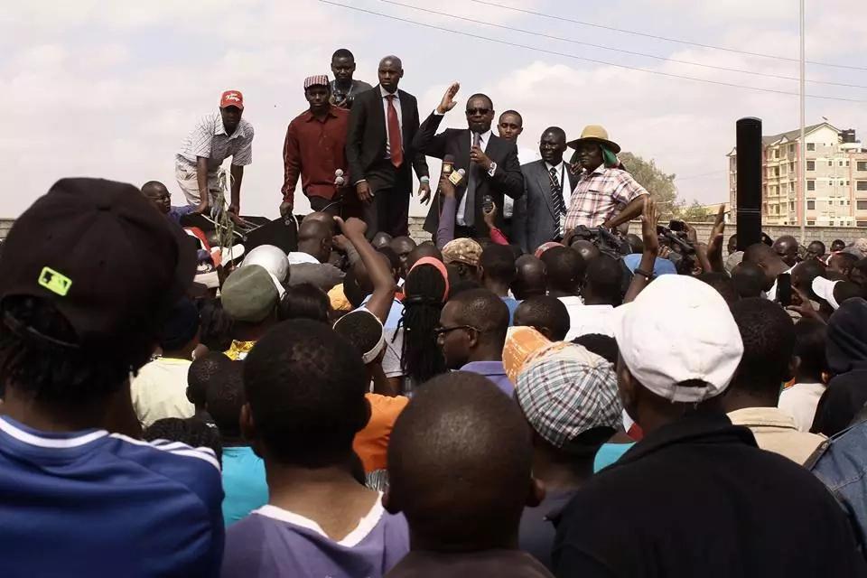 Gavana Kidero APONYOKA kushambuliwa na vijana kwa mara nyingine, gari lake lapigwa mawe (picha)
