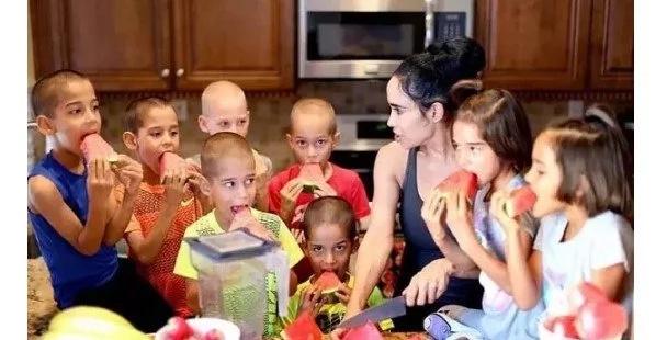 mujer pario ocho niños