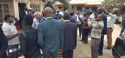 Drama as ODM MPs storm Police Station demanding release of leaders (Photo,video)