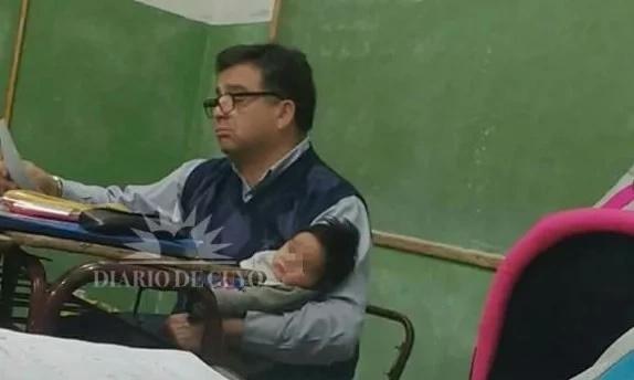 Profesor cargó durante su clase el bebé de una alumna