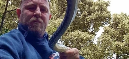 Man ruthlessly butchers lethal snake with shovel after it killed his dog, leaving internet users terrified (photos)