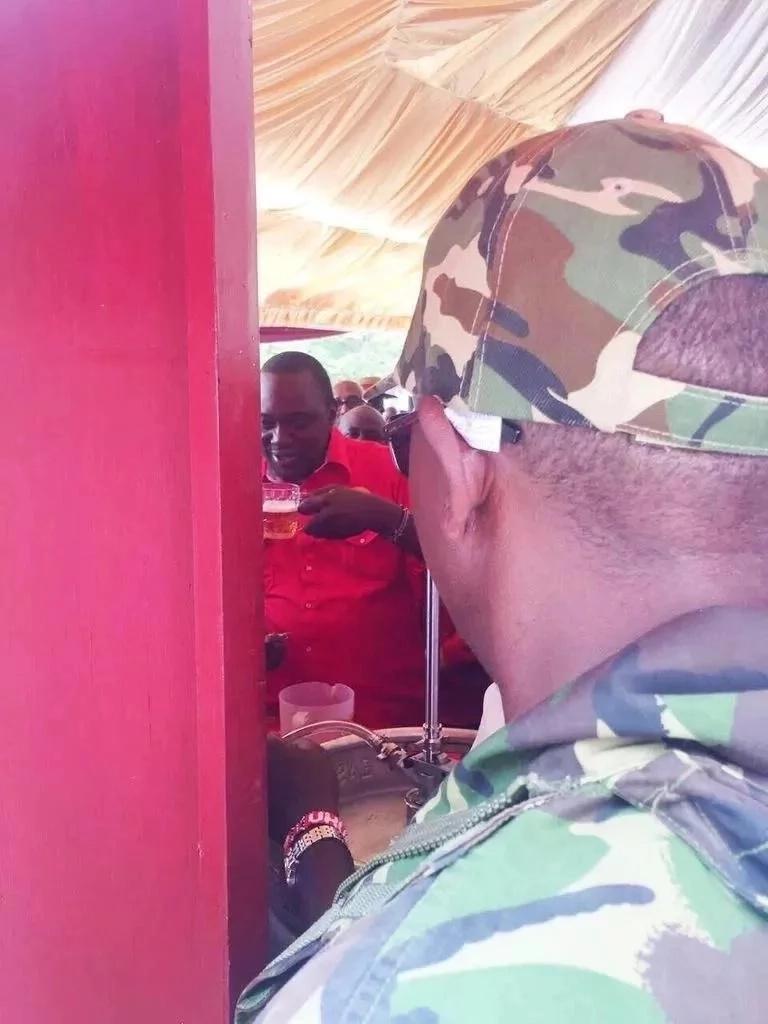 Uhuru awafurahisha watumiawa mitandao baada ya kushiriki 'kombe' la Keg (picha)
