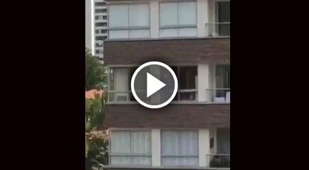 Empleada arriesgó su vida limpiando las ventanas de un edificio